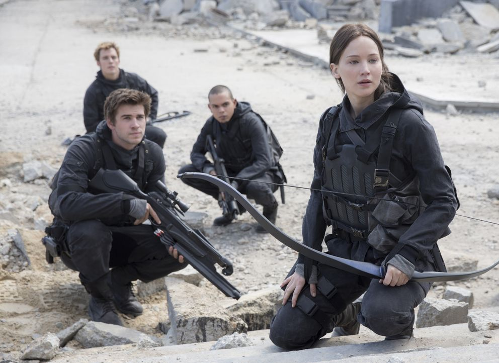 Auf dem lebensgefährlichen Weg ins Kapitol: die Rebellen Gale (Liam Hemsworth), Finnick (Sam Claflin), Messalla (Evan Ross) und Katniss (Jennifer La... - Bildquelle: Murray Close TM & © 2015 Lions Gate Entertainment Inc. All rights reserved. / Murray Close