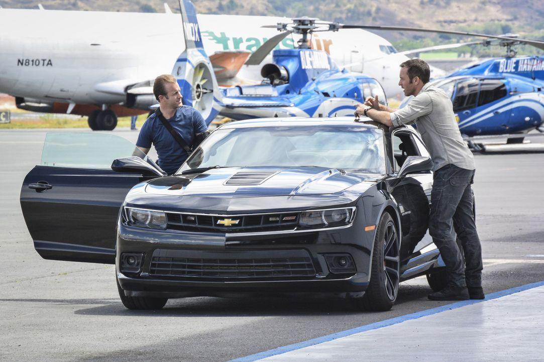 Nachdem sich die Ermittler des Flugzeugabsturzes ihnen in den Weg stellen und den Fall schnell als Unfall abstempeln, möchten Danni (Scott Caan, l.)... - Bildquelle: Norman Shapiro 2017 CBS Broadcasting Inc. All Rights Reserved.