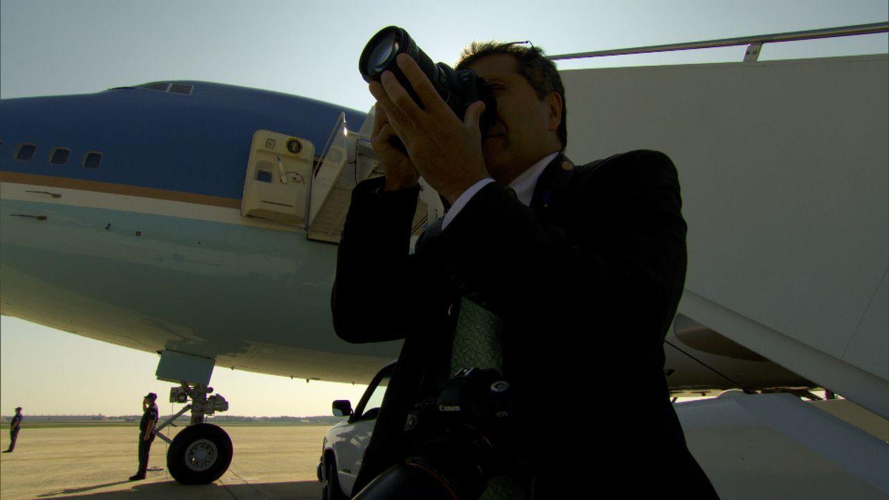 Pete Souza wartet auf seinen Chef, Präsident Barack Obama, vor der Air Force One ... - Bildquelle: Erin Harvey National Geographic Television International
