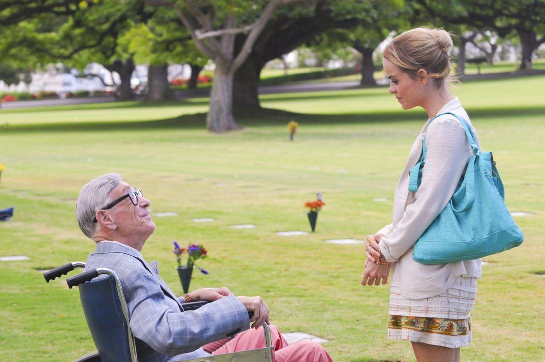 Verstehen sich gut: Mary (Taryn Manning, r.) und Morty Sapperstein (Shelley Berman, l.) ... - Bildquelle: 2012 CBS Broadcasting, Inc. All Rights Reserved.
