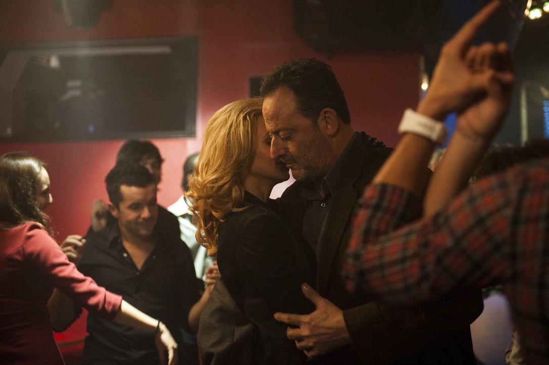 Jo St-Clair (Jean Reno, r.) mit einer geheimnisvollen jungen Dame in einem Pariser Nachtclub. Wer ist die Frau? Und warum trifft sich Jo immer häuf... - Bildquelle: Stéphanie Dupont Atlantique Productions