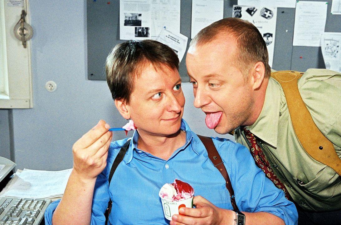 """Eine drückende Hitzewelle lässt die Wiener stöhnen und schwitzen. Kunz (Martin Weinek, r.) macht Rex Konkurrenz in Sachen """"hecheln"""". Doch da bei - Bildquelle: Sat.1"""