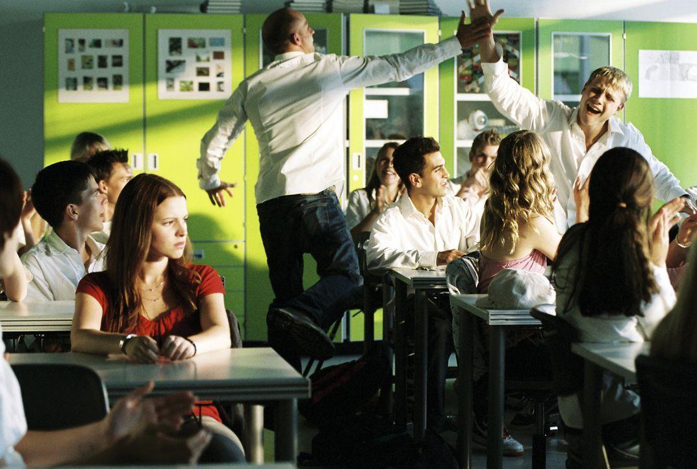 Als Einzige hat sich Karo (Jennifer Ulrich, l.) gegen das weiße Hemd entschieden. Gewöhnlich gibt sie den Ton in der Klasse an, plötzlich fühlt... - Bildquelle: Constantin Film