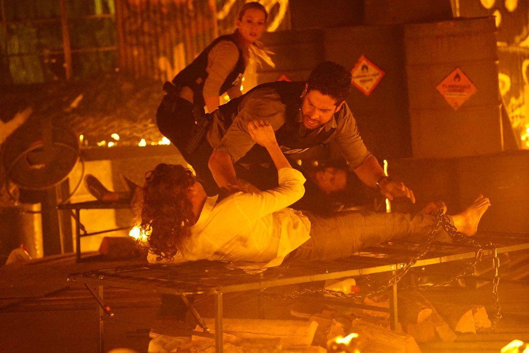 Das Team wird nach Los Angeles gerufen, um dort einen Mann zu fassen, der Kinder entführt und dann lebend verbrennt. JJ (A.J. Cook, hinten) und Luke... - Bildquelle: Richard Cartwright ABC Studios