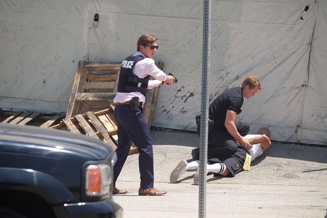 Um einen neuen Fall aufzuklären, greift Captain Avery Brooks (Kevin Rahm, l.) selbst zur Waffe ... - Bildquelle: 2016 Warner Brothers