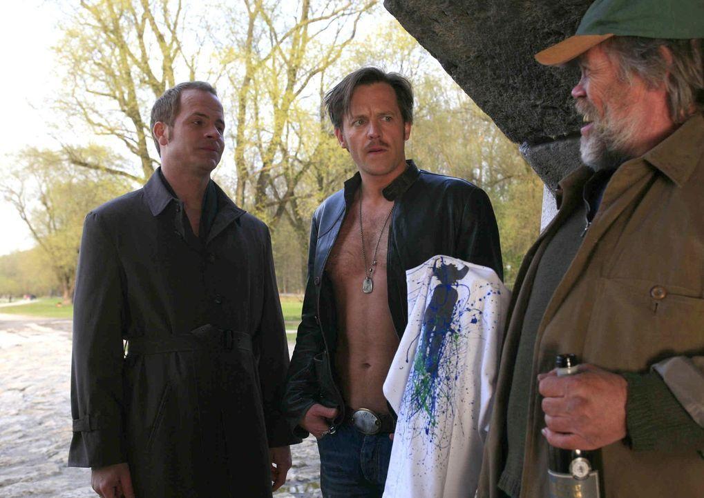 Nicht nur Tristan (Marc Ben Puch, l.) muss sich von diversen Kleidungsstücken trennen, sondern auch Gerry (Johannes Zirner, M.) muss für Undercove... - Bildquelle: Erika Hauri SAT.1