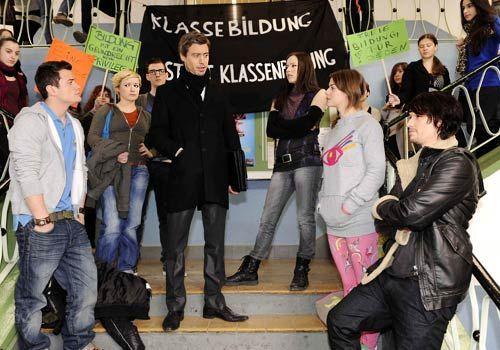 Julian reagiert mit Arroganz und Drohungen auf die streikenden Schüler. - Bildquelle: Christoph Assmann - Sat1