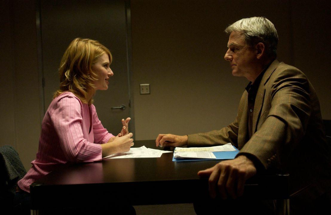Unter dringendem Tatverdacht wird Laura Rowans (Megan Ward, l.), die Frau eines Marine, festgenommen. Gibbs (Mark Harmon, r.) und sein Team sind auf... - Bildquelle: CBS Television