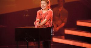 "Larissa performt den Cup-Song bei ""The Voice Kids""."