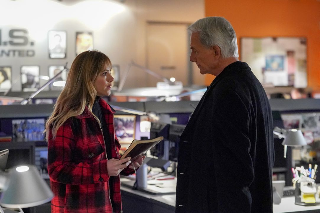 Ellie Bishop (Emily Wickersham, l.); Leroy Jethro Gibbs (Mark Harmon, r.) - Bildquelle: Monty Brinton 2018 CBS Broadcasting, Inc. All Rights Reserved/Monty Brinton