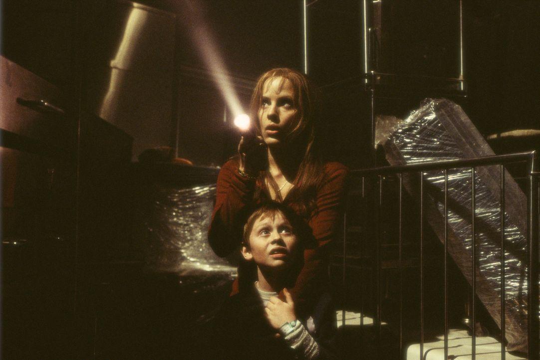 Seit 150 Jahren terrorisiert die Zahnfee das Städtchen Darkness Falls. Eines Tages sucht sie sich ein neues Opfer: Caitlins (Emma Caulfield, hinten)... - Bildquelle: 2004 Sony Pictures Television International. All Rights Reserved.