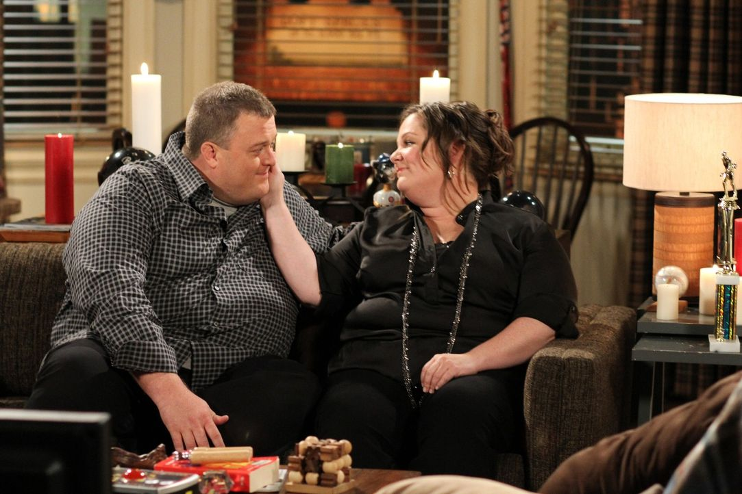 Wollen einen ungestörten Abend miteinander verbringen: Molly (Melissa McCarthy, r.) und Mike (Billy Gardell, l.) ... - Bildquelle: Warner Bros. Television