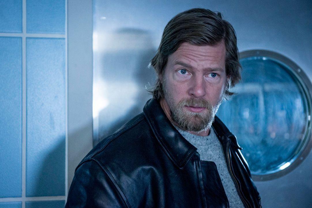 Als Mick (Henning Baum) erfährt, dass mit Görnemann ein weiterer Beteiligter ermordet wurde, macht er sich die Panik unter den verbleibenden Überleb... - Bildquelle: Martin Rottenkolber SAT.1