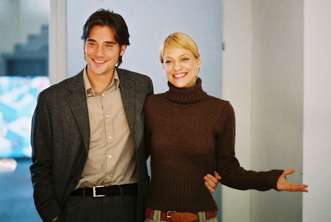 Eva (Heike Makatsch, r.) und Alex (Patrick Rapold, l.) präsentieren sich den verdutzten Kollegen als Verlobte. - Bildquelle: Stefan Haring Sat.1