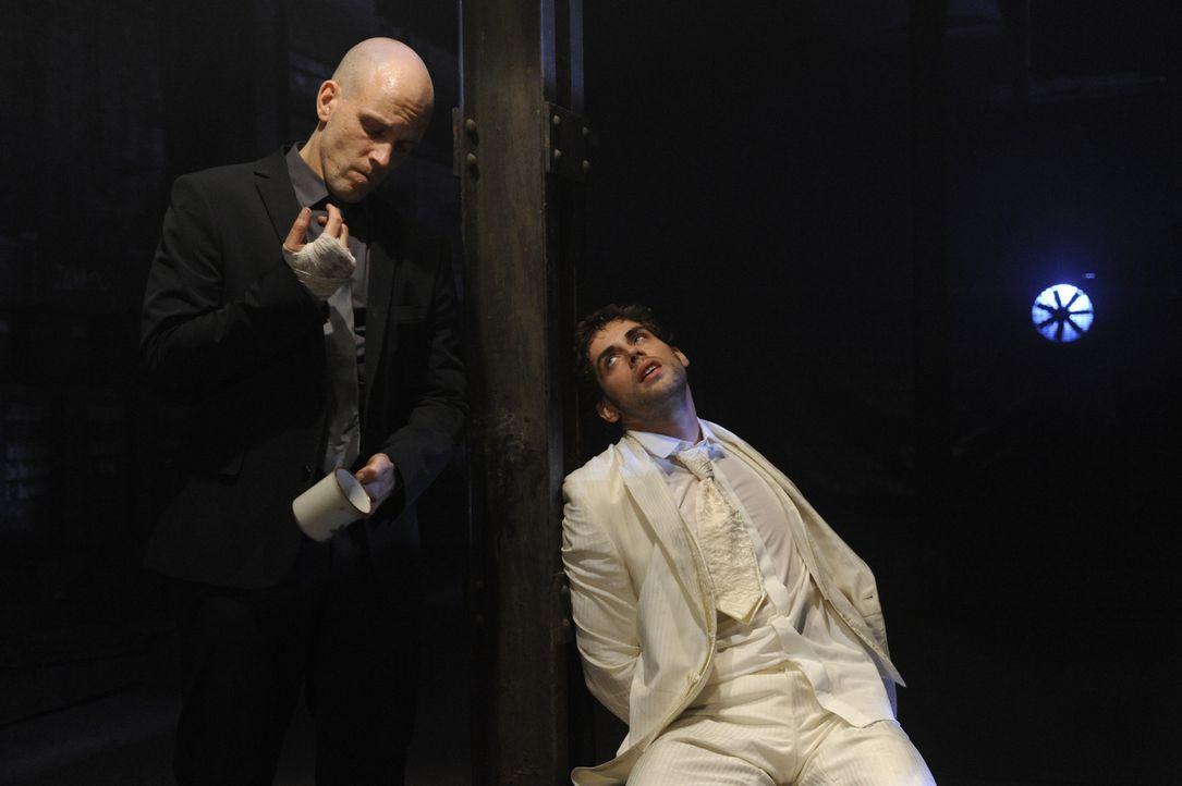 Als Jonas (Roy Peter Link, r.) alleine im Verließ erwacht, fordert er Gerrit (Lars Löllmann, l.) auf, Anna sehen zu dürfen. Anstatt Jonas' Wunsch... - Bildquelle: SAT.1