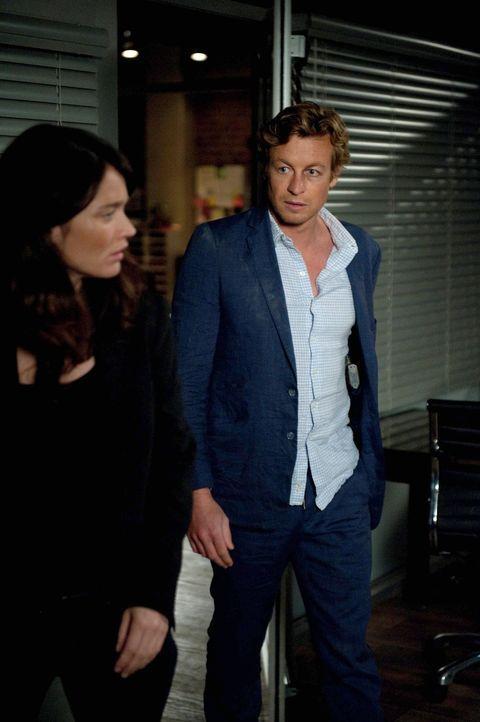 Während das CBI um Teresa (Robin Tunney, l.) den Selbstmord eines Unbekannten untersucht, der sich mit einer Schrotflinte das Gesicht weggeschossen... - Bildquelle: Warner Bros. Television