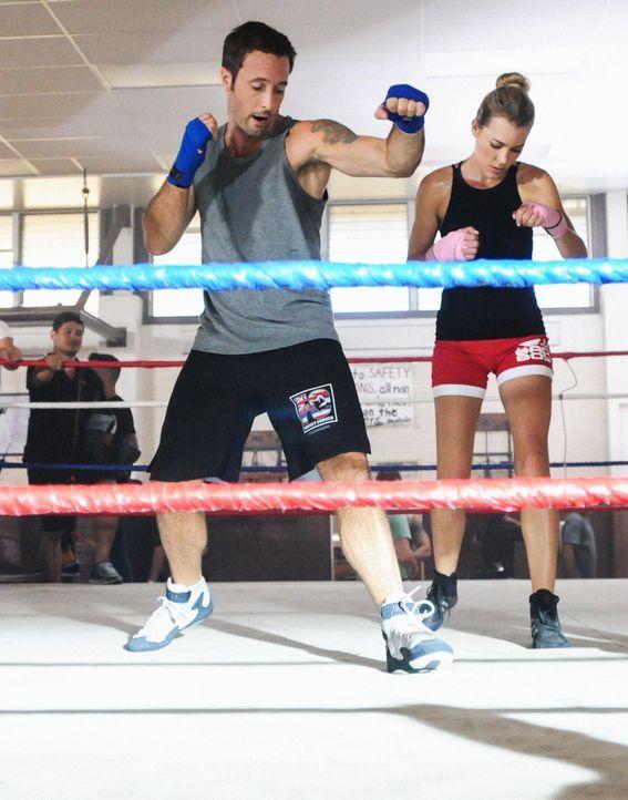 Brooke Waiakea, eine Hula-Tänzerin, wird ermordet, während Anni (Carlie Casey, r.) und Steve (Alex O'Loughlin, l.) trainieren, um fit zu bleiben ... - Bildquelle: Norman Shapiro 2014 CBS Broadcasting Inc. All Rights Reserved.