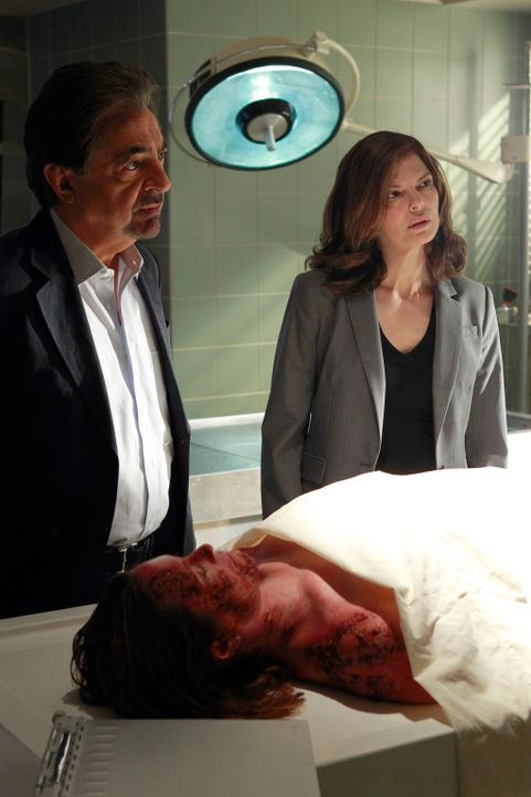 Ein neuer Mordfall beschäftigt Rossi (Joe Mantegna, l.), Alex (Jeanne Tripplehorn, r.) und das restliche Team ... - Bildquelle: ABC Studios