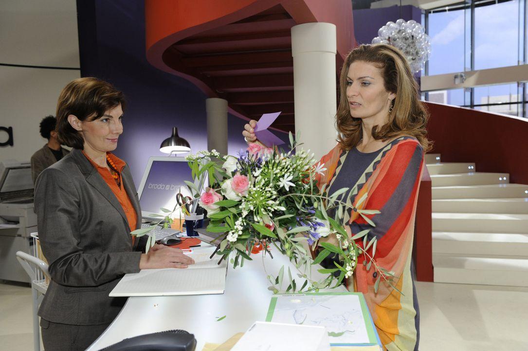 Steffi (Karin Kienzer, l.) hat für Natascha (Franziska Matthus, r.) einen Blumenstrauß angenommen - doch von wem kommt dieser? - Bildquelle: SAT.1