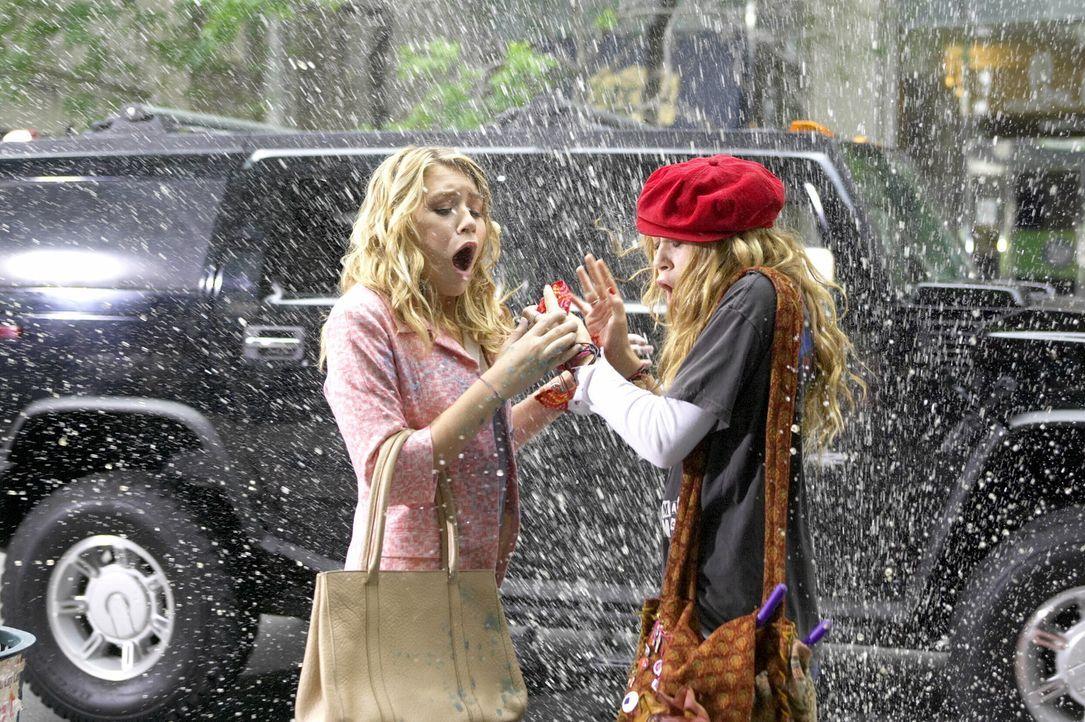Stehen buchstäblich im Regen: Jane (Ashley Olsen, l.) und Roxy (Mary-Kate Olsen, r.). Aber an einem verrückten Tag im Asphaltdschungel von New Yor... - Bildquelle: Warner Brothers International Television