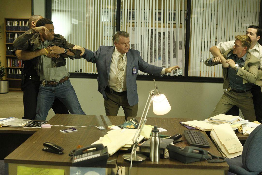 Nach einer eskalierten Meinungsverschiedenheit werden die Polizeibeamten Travis Marks (Michael Ealy, 2.v.l.) und Wes Witchell (Warren Kole, 2.v.r.)... - Bildquelle: 2012 USA Network Media, LLC