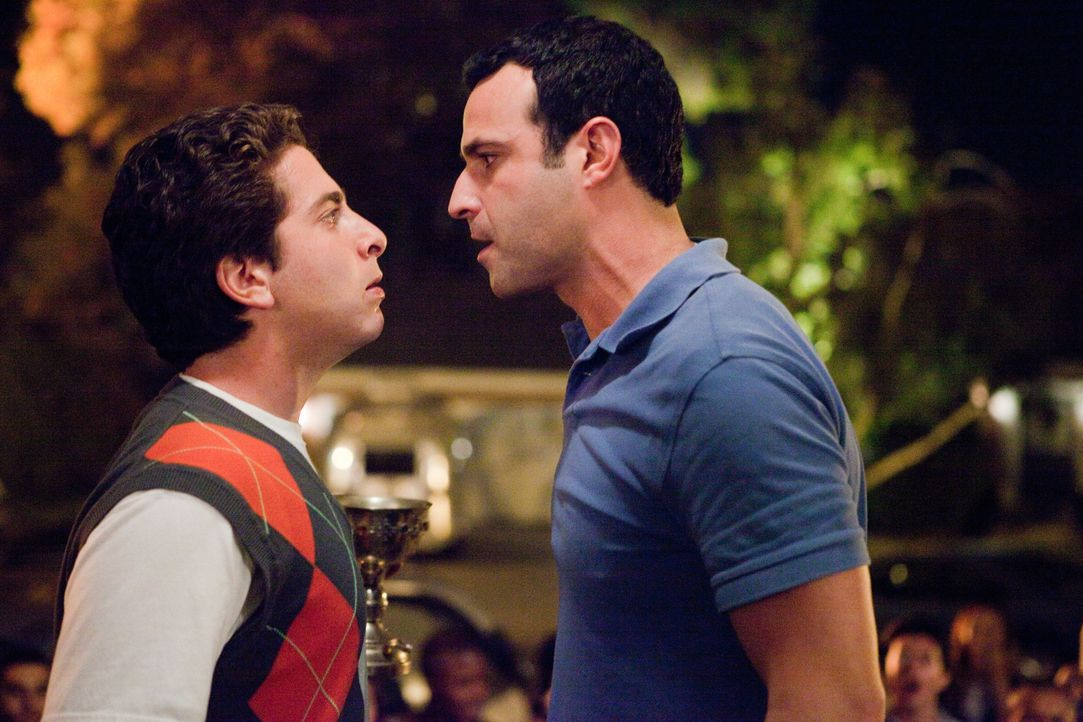Costa (Oliver Cooper, l.); Rob (Rob Evors, r.) - Bildquelle: Beth Dubber 2012 Warner Bros. Entertainment Inc. / Beth Dubber