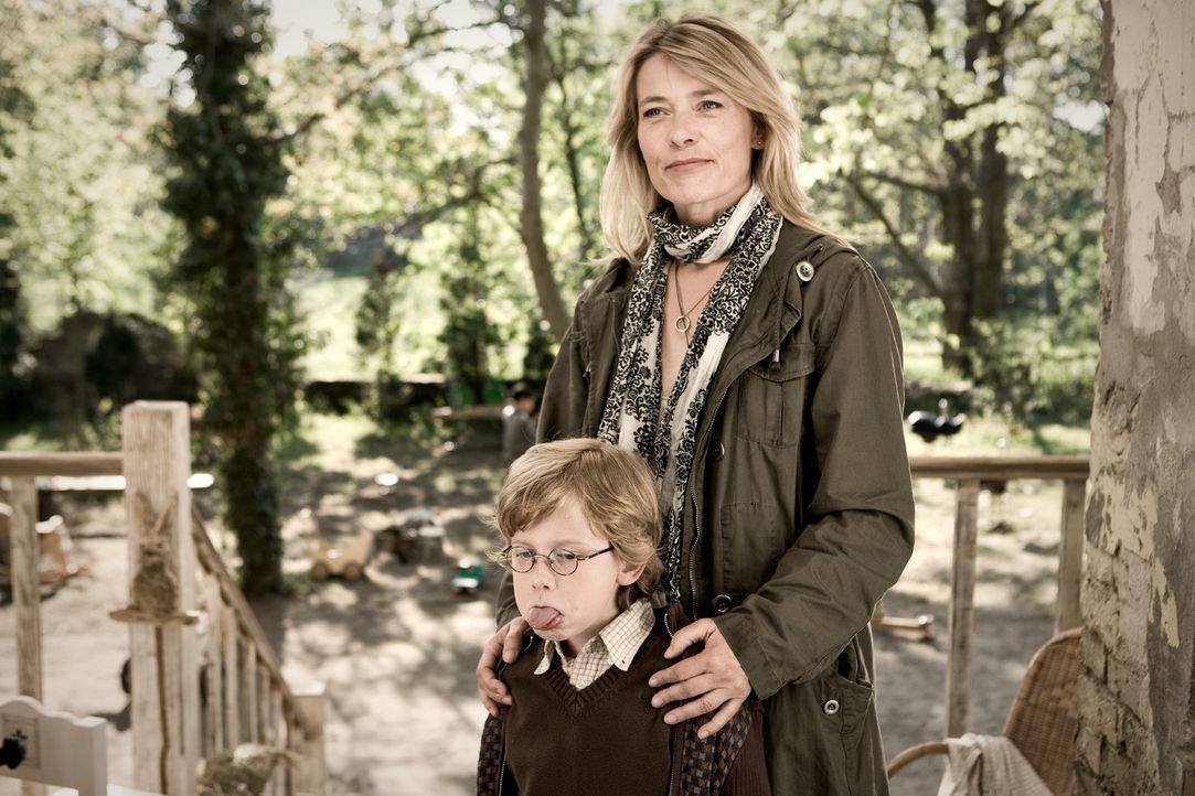 Als Ludos Schwester Lili (Barbara Rudnik, r.) ihren Sohn Lollo (Paul Maximilian Schüller, l.) im Kinderhort abliefert, ahnt niemand, dass der Klein... - Bildquelle: Warner Bros.
