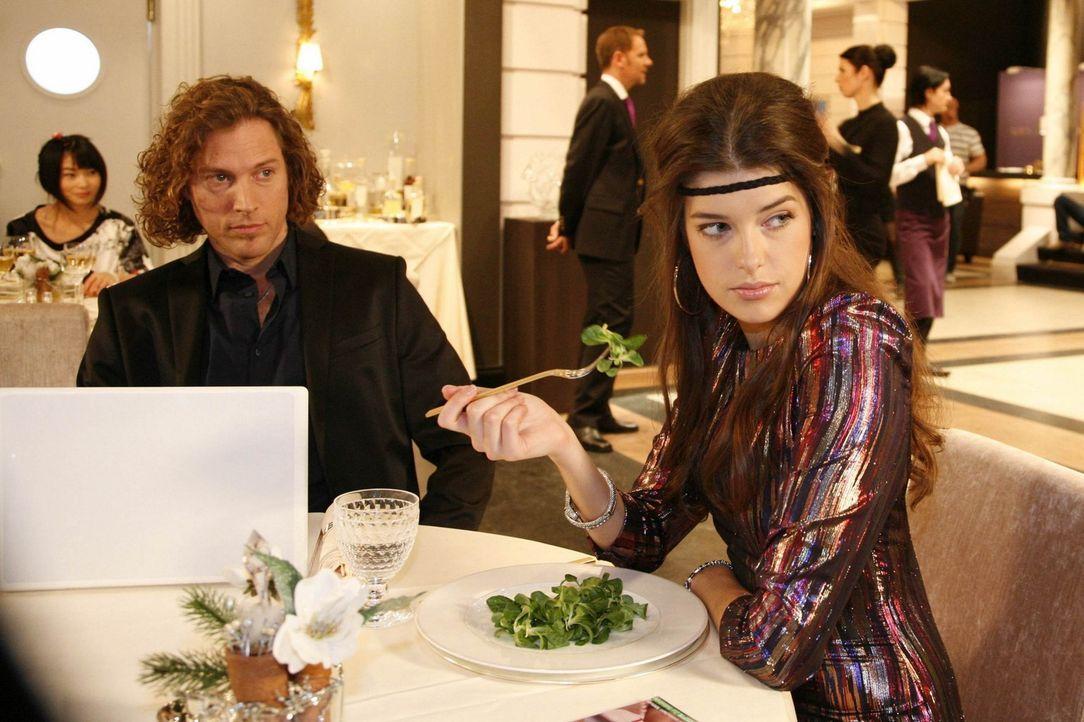 Um ihre Figur nicht zu gefährden ist Jeffrey (Clayton M. Nemrow, l.) der Meinung, das Salat sehr gut für Amanda (Marie Nasemann, r.) ist ... - Bildquelle: SAT.1