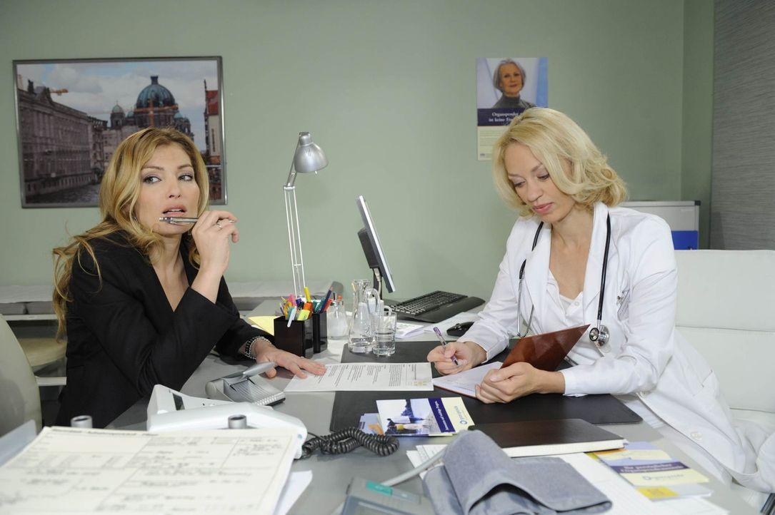 Annett (Tanja Wenzel, l.) kommt bei einem Termin bei Dr. Katharina Fellbach (Annett Culp, r.) dahinter, dass Natascha von David schwanger ist ... - Bildquelle: SAT.1
