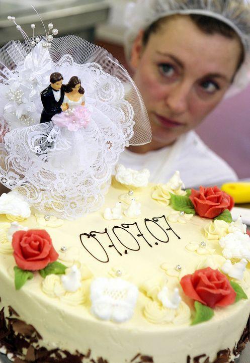 Hochzeitstorte-07-07-07-dpa - Bildquelle: dpa