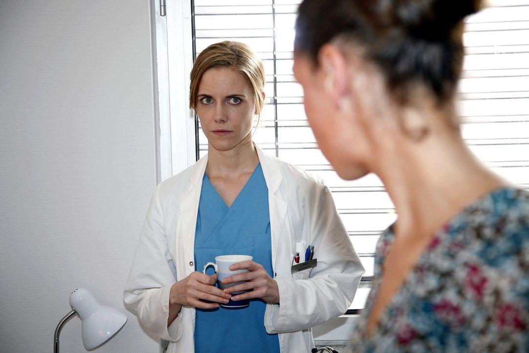 Anna (Nadine Brandt, r.) geht es wieder besser, aber Luisa (Jana Voosen, l.) gegenüber ist sie immer noch sehr misstrauisch. - Bildquelle: Mosch Sat.1