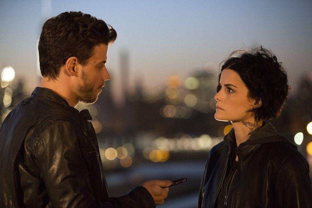 Oscar (Francois Arnaud, l.) will erst nach einem Loyalitätsbeweis Jane (Jaimie Alexander, r.) Auskünfte erteilen. Die junge Frau soll den Lieblingss... - Bildquelle: Warner Brothers