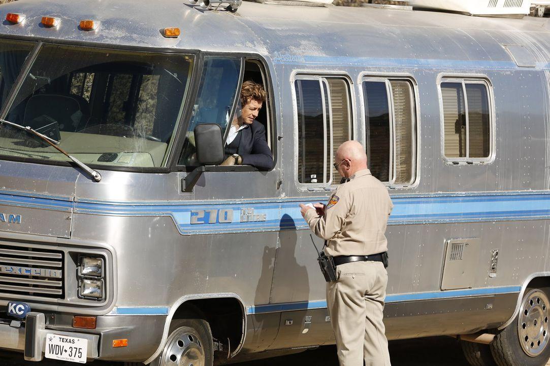 Nach alldem was geschehen ist möchte Jane (Simon Baker, l.) nichts mehr mit dem FBI zu tun haben. Da das Team allerdings durch Vegas Tod unterbesetz... - Bildquelle: Warner Bros. Television