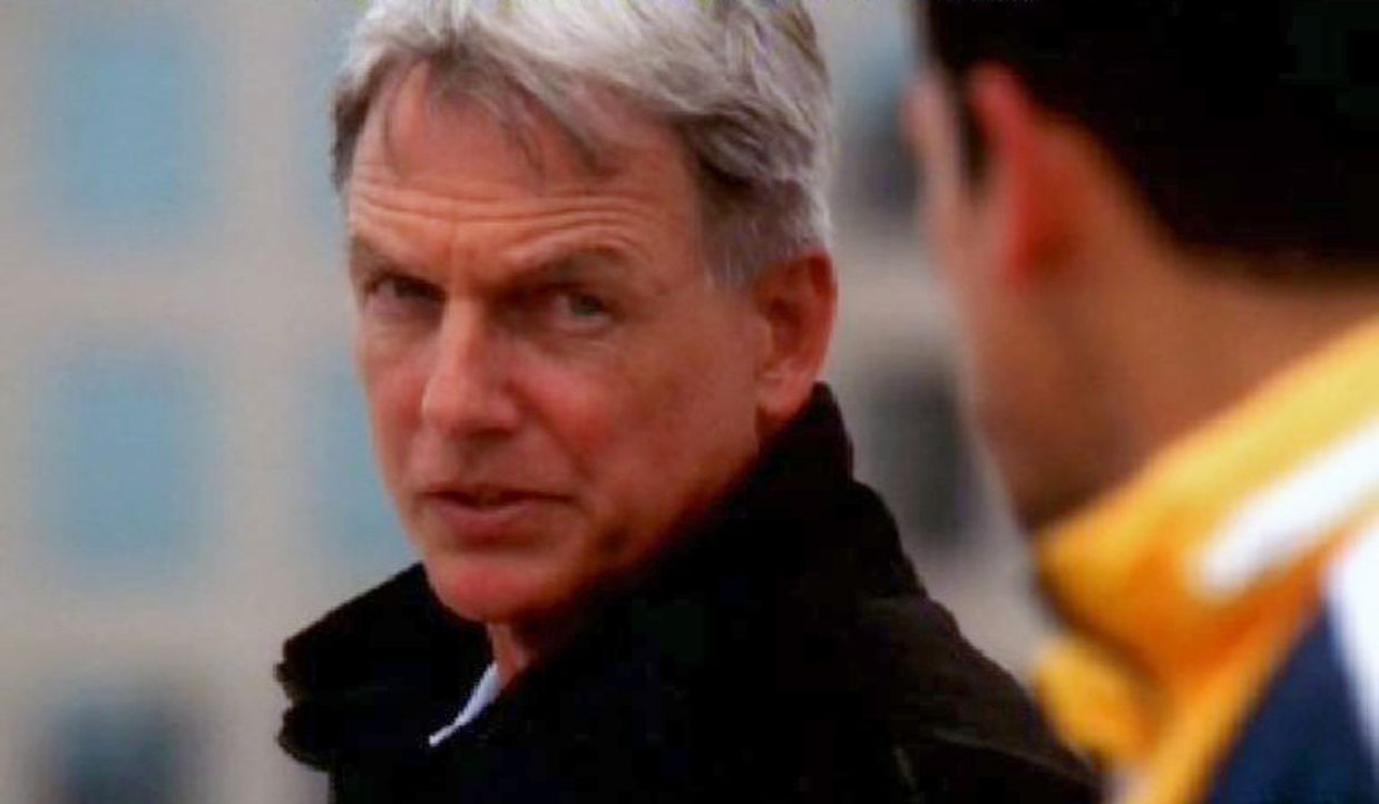 Gibbs (Mark Harmon, l.) versucht Lieutenant Michael Arnett (Adam Huss, r.) von seinen Selbstmordabsichten abzuhalten ... - Bildquelle: CBS Television