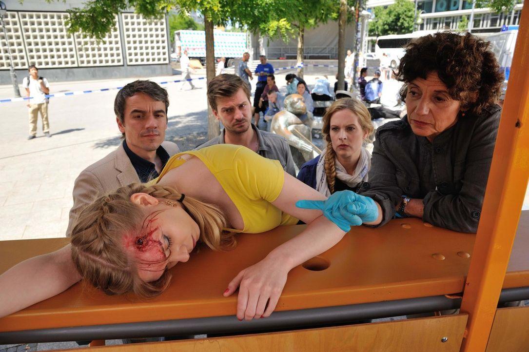 Bei ihrem eigenen Junggesellinnenabschied ist die Braut erschossen worden. Josephine (Diana Amft, 2.v.r.), Fritz (Matthi Faust, 2.v.l.), Alexander (... - Bildquelle: Hardy Spitz SAT.1