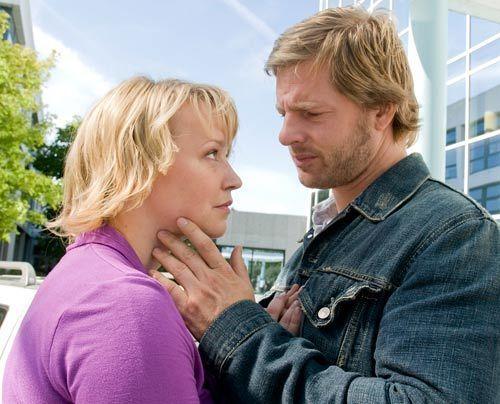 Die Begegnung mit seiner Frau Lisa (Floriane Daniel), die mittlerweile einen Neuen hat, schmerzt Mick (Henning Baum) mehr als er zugibt. - Bildquelle: Martin Rottenkolber - Sat1