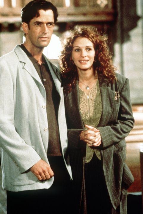 Um Michael eifersüchtig zu machen, erfindet Julianne (Julia Roberts, r.) einen interessierten Heiratskandidaten: den schwulen George (Rupert Everet... - Bildquelle: Columbia TriStar