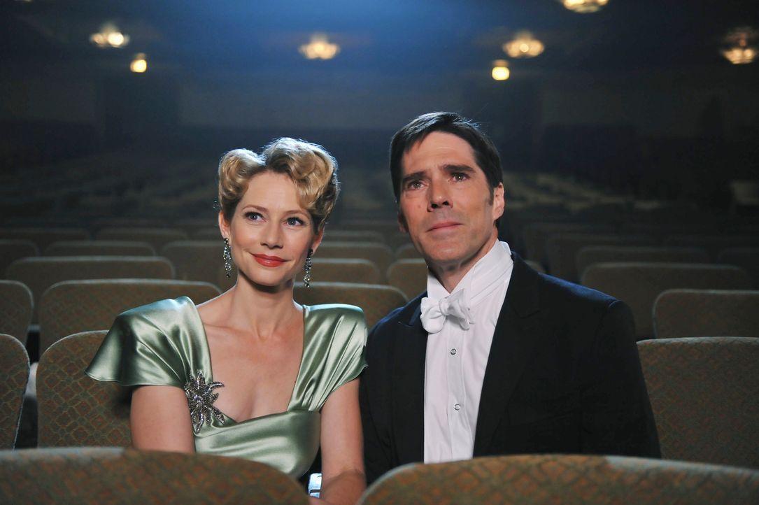 Während Hotch (Thomas Gibson, r.) um sein Leben kämpft hat er immer wieder Visionen von seiner verstorbenen Ehefrau Haley (Meredith Monroe, l.) ... - Bildquelle: ABC Studios