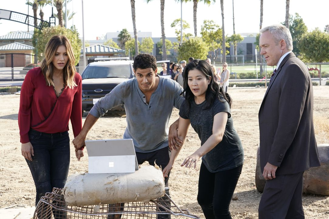 Paige (Katharine McPhee, l.), Walter (Elyes Gabel, 2.v.l.) und Happy (Jadyn Wong, 2.v.r.) müssen den Homeland Agent Clarence Mickelthorn (Edward Ker... - Bildquelle: Bill Inoshita 2017 CBS Broadcasting, Inc. All Rights Reserved