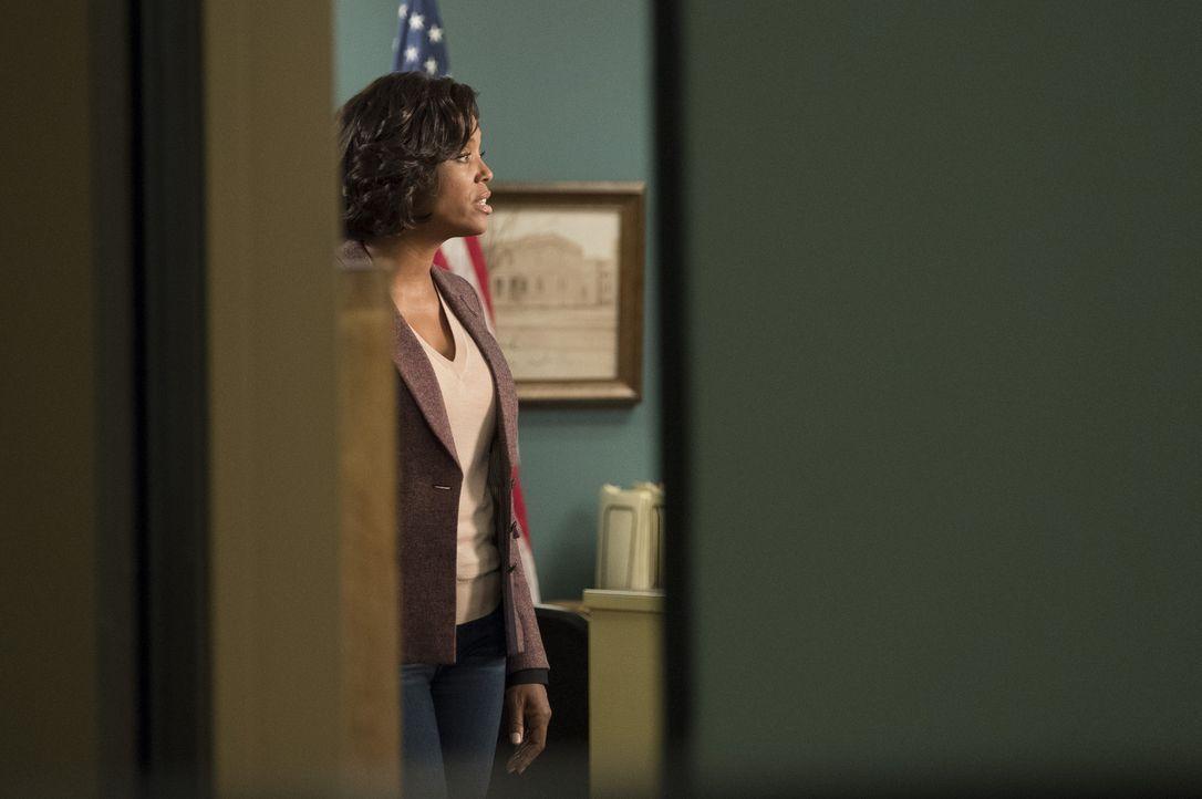 Nachdem sich ein Verschwörungstheoretiker vor ihren Augen eine Kugel in den Kopf jagt, ist Tara Lewis (Aisha Tyler, l.) von der BAU nicht überzeugt,... - Bildquelle: Eddy Chen ABC Studios