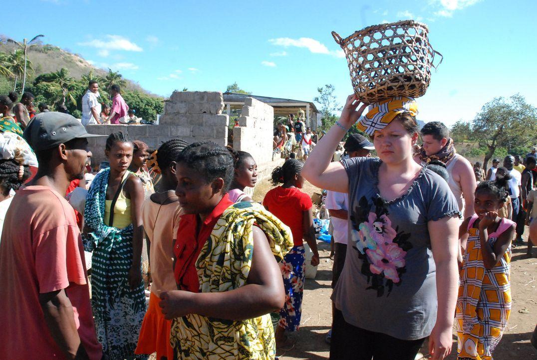 Marta (3.v.r.) wird von ihren nach Madagaskar geschickt, wo sie endlich Respekt lernen soll ... - Bildquelle: kabel eins
