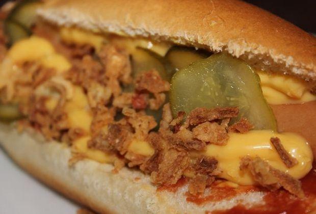 So sieht der Klassiker aus: der Hot Dog mit Senf, Ketchup, Gewürzgurken und R...