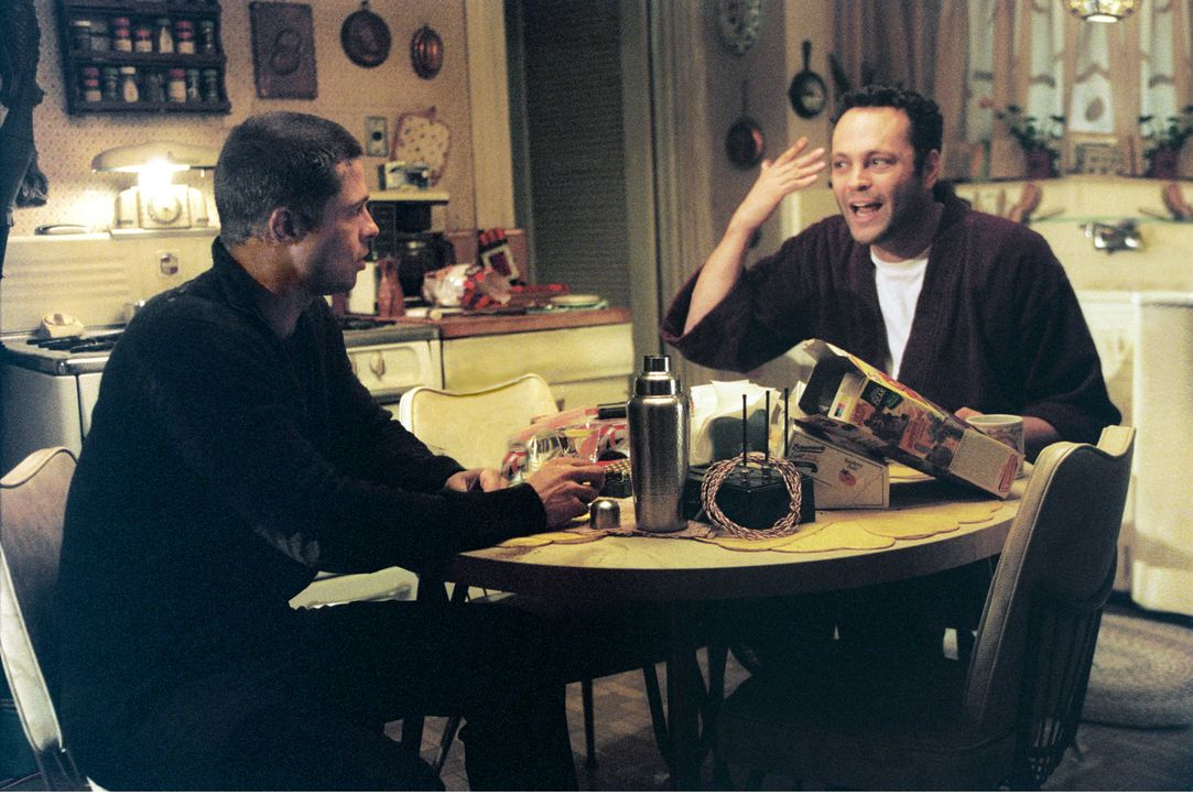 John Smith (Brad Pitt, l.); Eddie (Vince Vaughn, r.) - Bildquelle: Stephen Vaughn TM and © 2005 by Regency Entertainment (USA), Inc. and Monarchy Enterprises S.a.r.l. Not for sale or duplication. / Stephen Vaughn