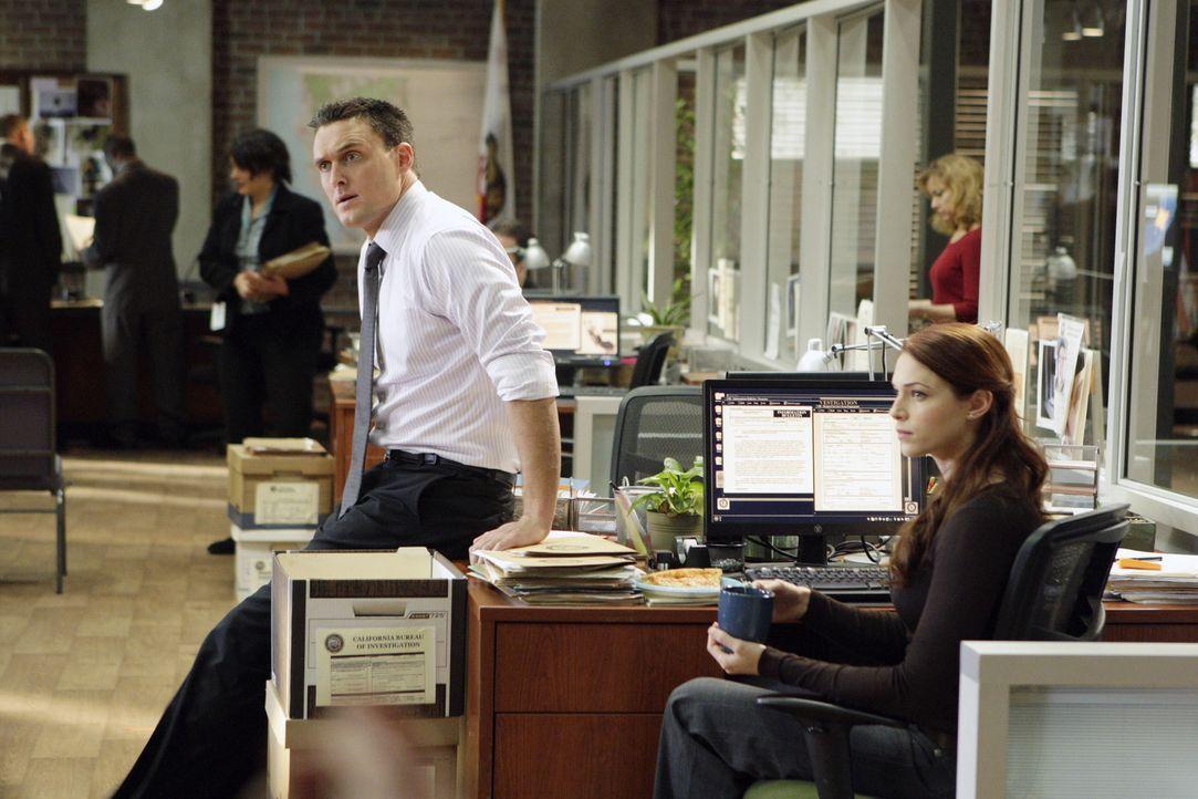 Ein neuer Fall bereitet Wayne (Owain Yeoman, l.) und Grace (Amanda Righetti, r.) Kopfzerbrechen, denn Wayne steht unter Hypnose, und niemand weiß,... - Bildquelle: Warner Bros. Television