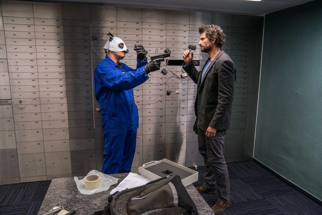 Ausgerechnet in dem Moment als Einstein (Tom Beck) seinen fertigen Prototypen sicher in Kirstens Bankschließfach verstauen möchte, überfallen maskie... - Bildquelle: Wolfgang Ennenbach SAT.1
