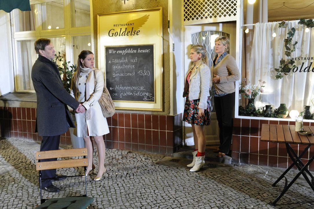 Nachdem Katjas Lüge aufgeflogen ist, herrscht schlechte Stimmung: Armin (Rainer Will, l.), Katja (Karolina Lodyga, 2.v.l.), Mia (Josephine Schmidt,... - Bildquelle: SAT.1