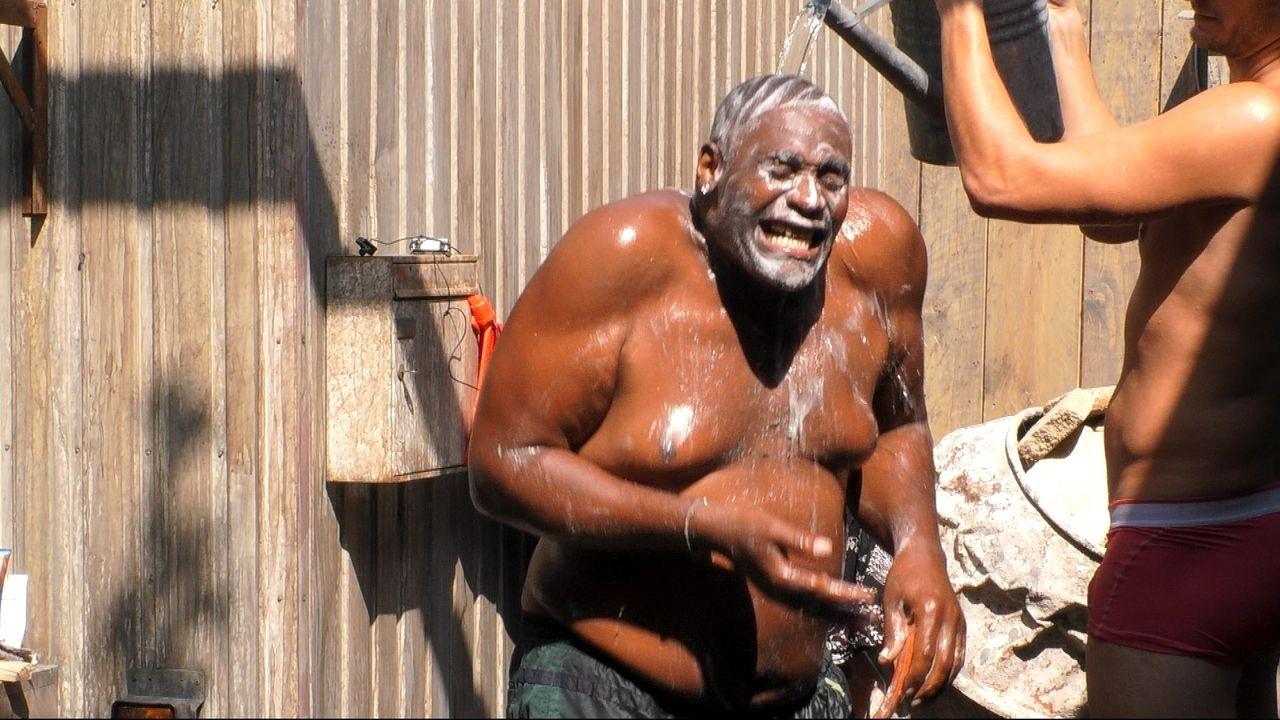 Baustellen-Dusche für Alphonso Williams. - Bildquelle: Sat.1