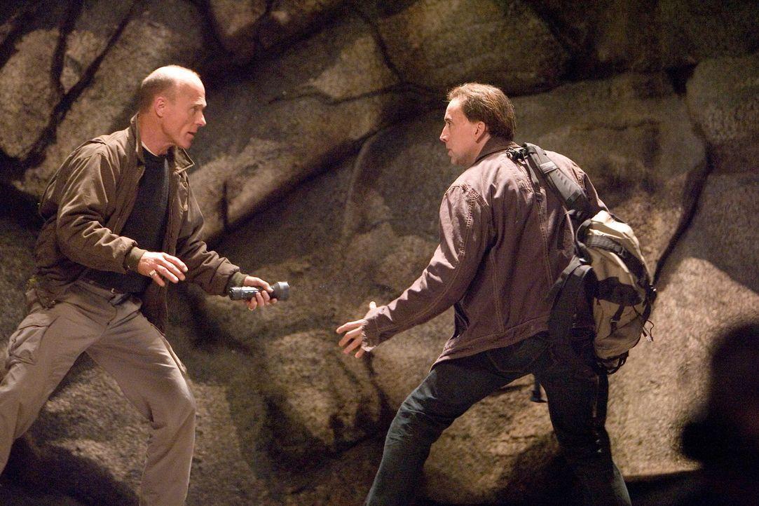 Kämpfen um das Vermächtnis des geheimen Buches: (v.l.n.r.) Mitch Wilkinson (Ed Harris) und Benjamin Franklin Gates (Nicolas Cage) ... - Bildquelle: Disney Enterprises, Inc.  All rights reserved.