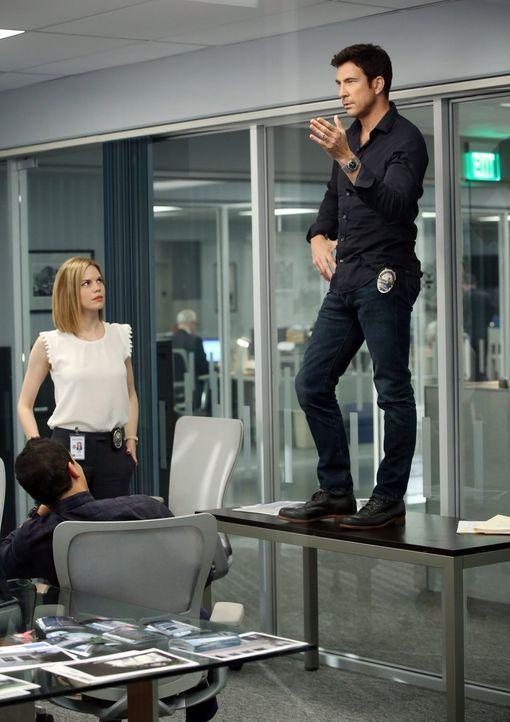 Machen sich auf die Suche nach einem gefährlichen Stalker: Detectives Jack Larsen (Dylan McDermott, r.), Janice Lawrence (Mariana Klaveno, M.) und B... - Bildquelle: Warner Bros. Entertainment, Inc.