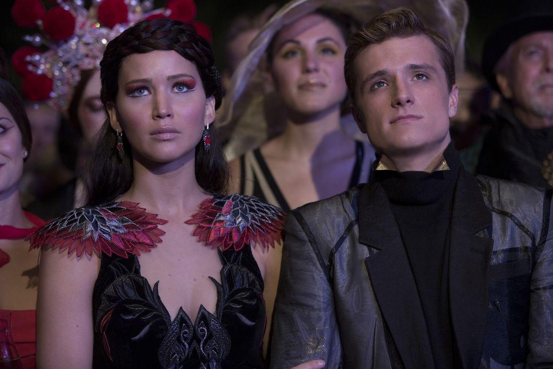 Seitdem Katniss (Jennifer Lawrence, l.) und Peeta (Josh Hutcherson, r.) die Spiele entgegen der Regeln des Kapitols gemeinsam gewonnen haben, stehen... - Bildquelle: Studiocanal GmbH